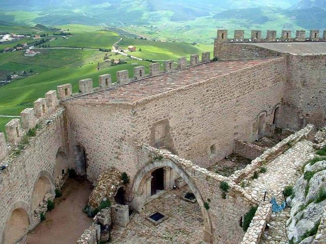 Una porzione dei muri perimetrali del Castello di Mussomeli visti dall'interno