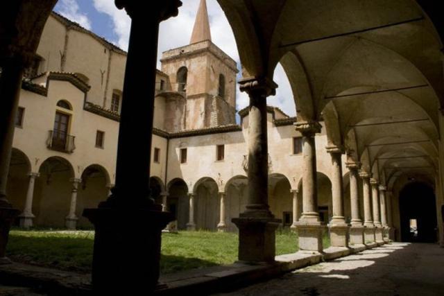 Il chiostro interno al Convento di San Francesco - Castelbuono (PA)
