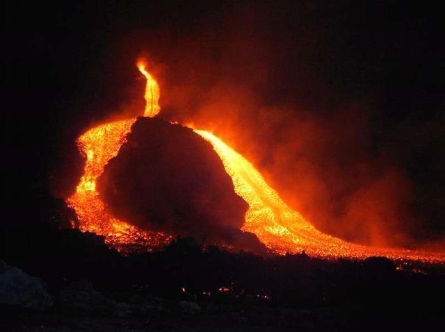 Un fiume di lava scorre dall'Etna