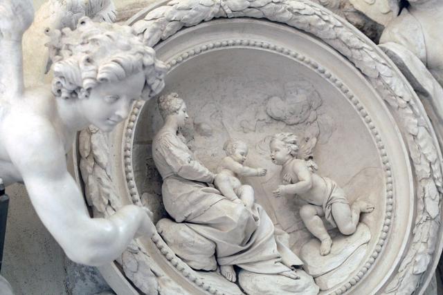 Uno degli stucchi nell'oratorio dei Bianchi
