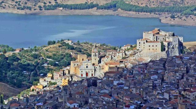 Uno splendido panorama di Caccamo e del suo lago