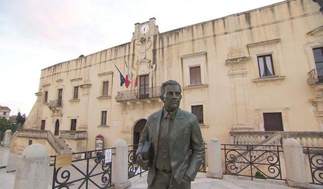 La statua di Giuseppe Tomasi di Lampedusa davanti a Palazzo Filangeri, a Santa Margherita Belice