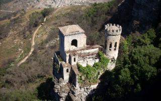 Il Sentiero delle tre chiese di Erice e passeggiata fra i vicoli del borgo medioevale