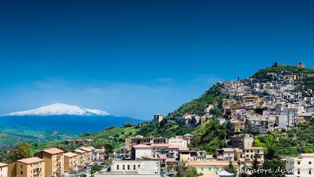 Panorama di Agira. Sullo sfondo l'Etna - Foto di Salvatore Di Venuto