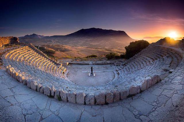 Il teatro greco di Segesta al tramonto