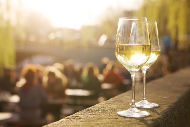 Due calici di Bianco d'Alcamo. La produzione dell'Alcamo bianco prevede l'impiego di uve Catarratto bianco dall'80% al 100%