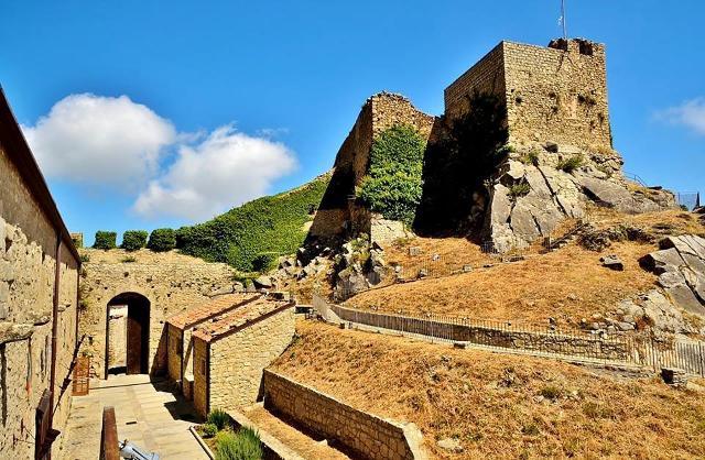 Il castello di Montalbano Elicona in una foto di Francesco Speciale