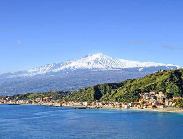Un panorama della costa di Taormina con lo sfondo dell'Etna