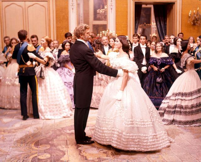 """Burt Lancaster e Claudia Cardinale nella famosa scena del valzer de """"Il Gattopardo"""" di Luchino Visconti"""