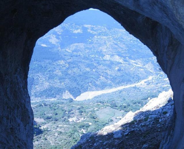 La Grotta del Lauro si trova sul versante occidentale del massiccio roccioso delle Rocche del Crasto