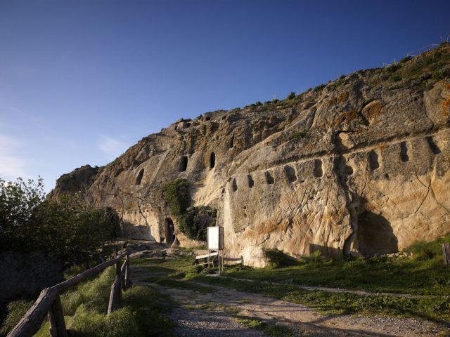 L'ingresso alle Grotte della Gurfa