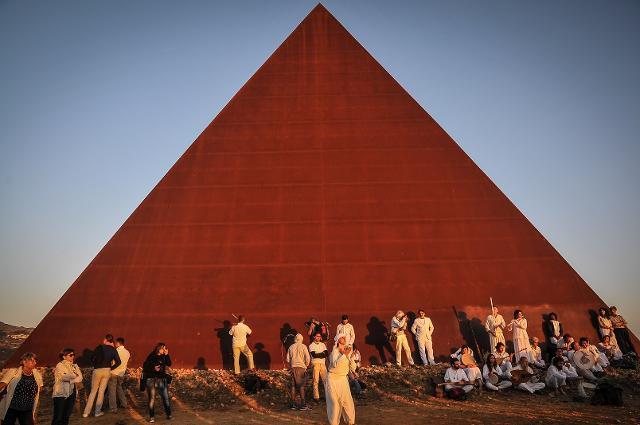 Piramide - 38° parallelo di Mauro Staccioli