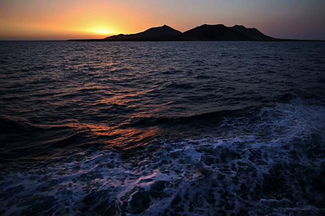 Un panorama di Linosa al tramonto