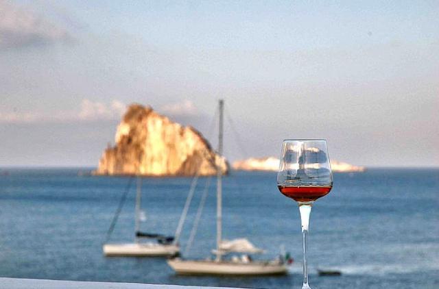 Un bicchiere di Malvasia delle Lipari