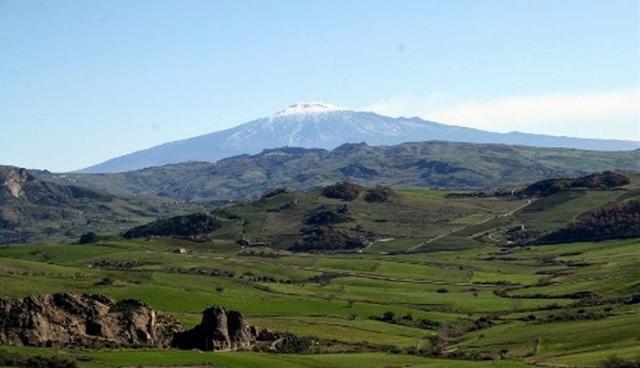 I monti Erei e sullo sfondo l'Etna