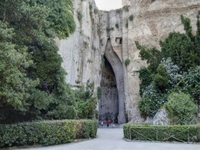 L'Orecchio di Dionisio che si trova nella Latomia del Paradiso - Siracusa