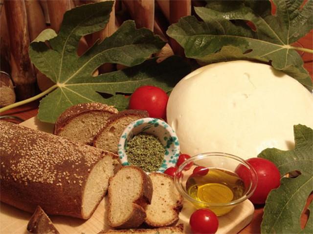 Il Pane nero di Castelvetrano, prodotto con farina di Tumminia e la 'vastedda del Belice' DOP, formaggio con la tipica forma di una focaccia