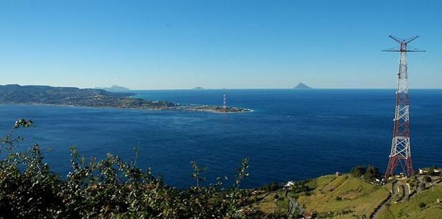Capo Peloro visto dalla Calabria