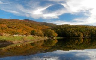 Sui Nebrodi, tra fresche cascate, rocche e il lago Maulazzo