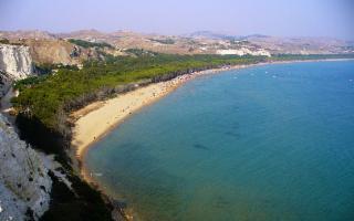 Passeggiata a piedi nudi sulla spiaggia