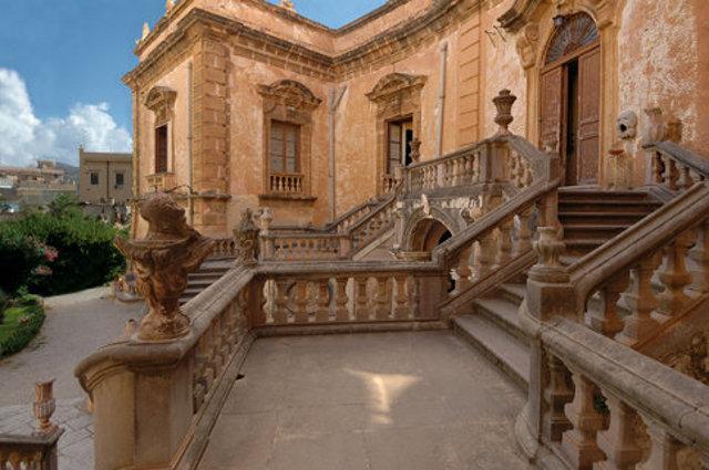 Lo scalone di Villa Palagonia, la Villa dei Mostri di Bagheria