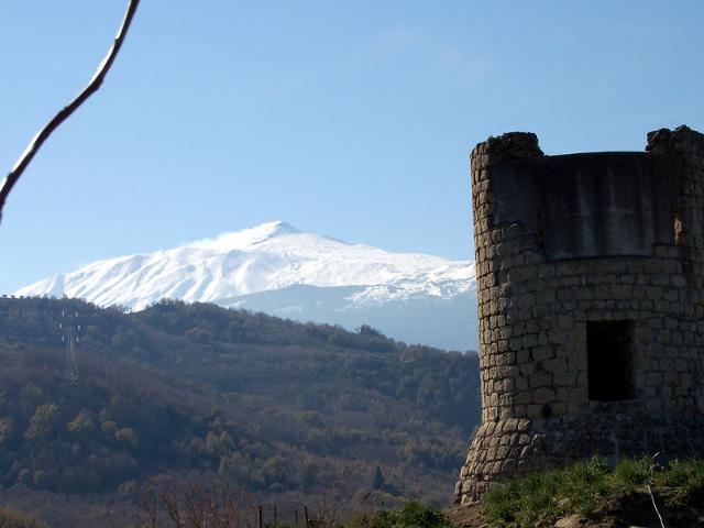L'Etna innevato visto dalle campagne di Castiglione di Sicilia