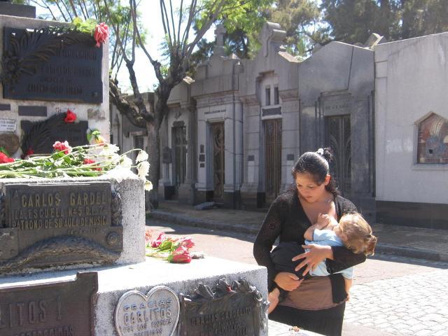 Buenos Aires.  Donna che allatta davanti al monumento sepolcrale di Carlos Gardel (foto di Agostino Spataro)