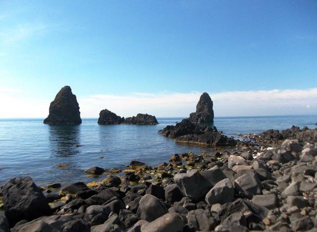 I faraglioni di Aci Trezza nel mare dei Ciclopi