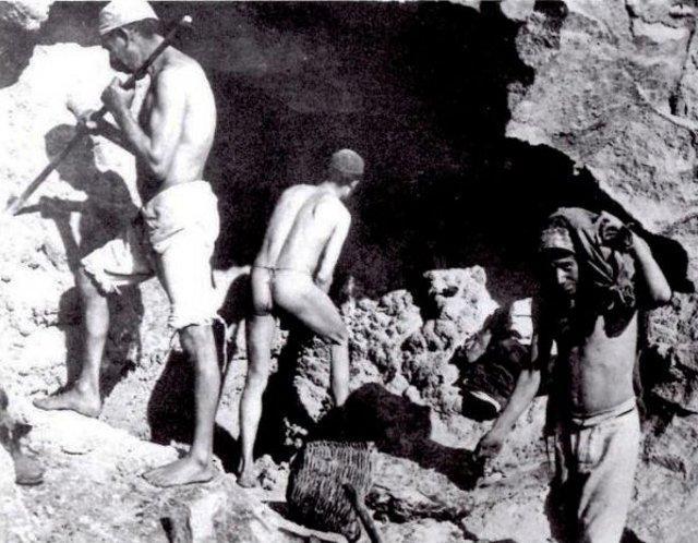 Foto storica che ritraggono i minatori della zolfara