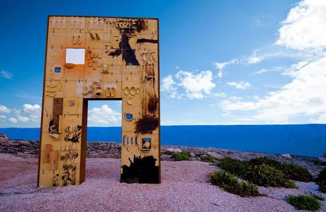"""""""Porta d'Europa"""". Monumento realizzato da Mimmo Paladino. La grande scultura si trova tra Cala Spugne ed il Porto Vecchio."""