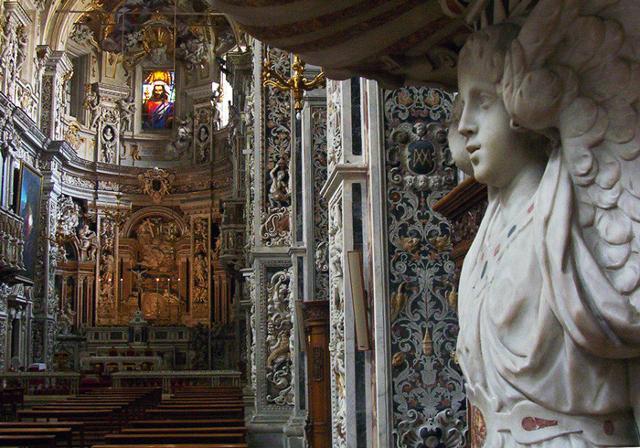 L'interno della Chiesa di Casa Professa è ricchissima di decorazioni, ogni centimetro, ogni pilastro, colonna, cappella, altare o parete è completamente ricamata da finissime decorazioni a 'marmi mischi', ossia marmi di diverso colore.