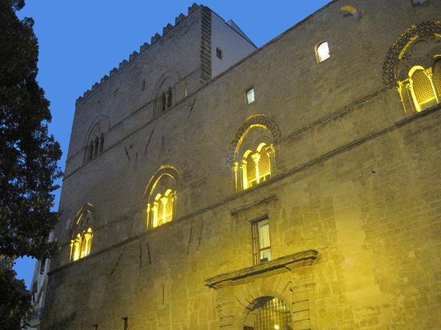 Il prospetto di Palazzo Chiaramonte (detto Steri) che tra il 1600 e il 1782 ospitò il tribunale dell'Inquisizione. Restaurato negli anni cinquanta dall'architetto Carlo Scarpa, oggi è sede del Rettorato dell'Università di Palermo.