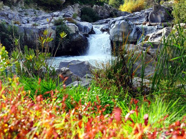 Una cascatella lungo il percorso del Fiume Alcantara