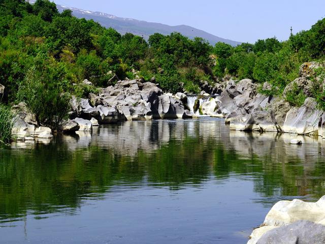 Una piccola insenatura lungo il fiume Alcantara