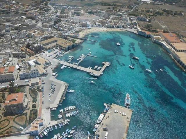 Il porto di Favignana visto dall'alto
