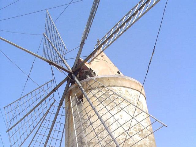Uno storico mulino a vento nelle Saline di Trapani