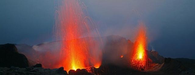 """Stromboli e le sue tipiche eruzioni """"stromboliane"""""""
