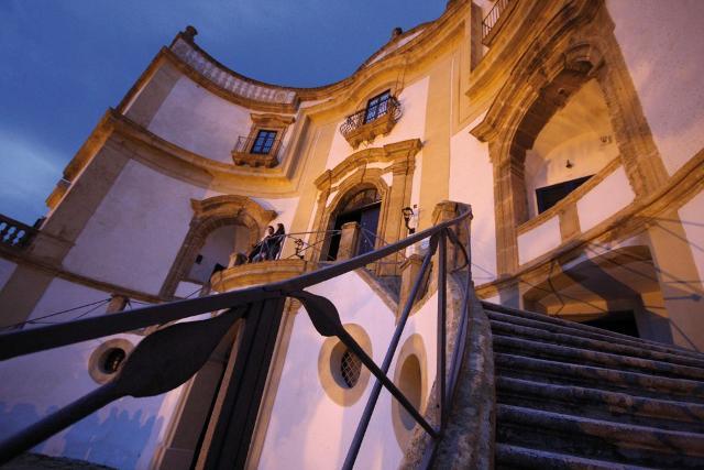 Un particolare dello scalone a duplice rampa di Villa Cattolica