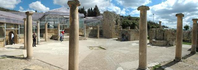 Il colonnato esterno della villa romana del Casale