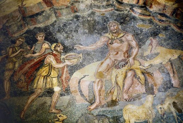 Mosaico della Villa romana del Casale, a Piazza Armerina, dove si vede Ulisse che vince Polifemo per mezzo dell'astuzia, porgendogli il kantharos del vino