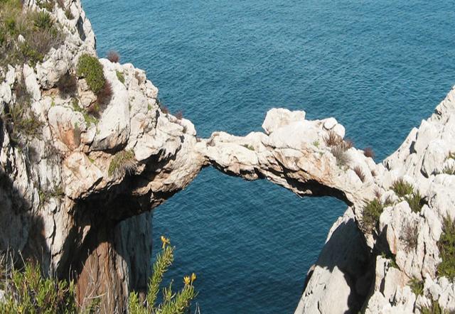 Il celebre Arco Azzurro (conosciuto come l'Arco dei Baci Perugina)