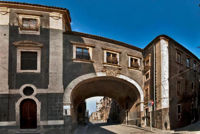 L'arco monumentale del Monastero di San Benedetto - ph Alfio Bonina
