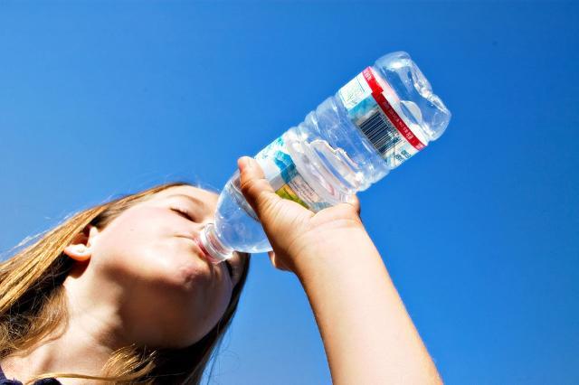 Una corretta idratazione a base di magnesio può aiutarci ad affrontare al meglio lo stress da rientro...