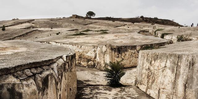 In ogni irregolare quadrangolo del Grande Cretto si nascondono le macerie di una casa