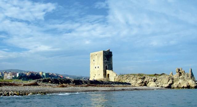 La spiaggia e la Torre di Campofelice di Roccella