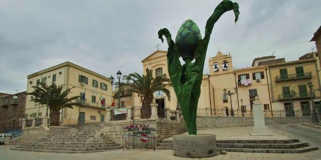 Il monumento eretto al Carciofo a Cerda