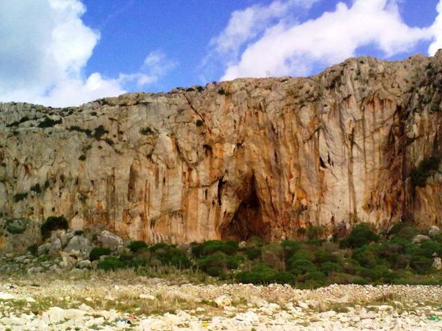 Una grotta nella falesia di San Vito Lo Capo