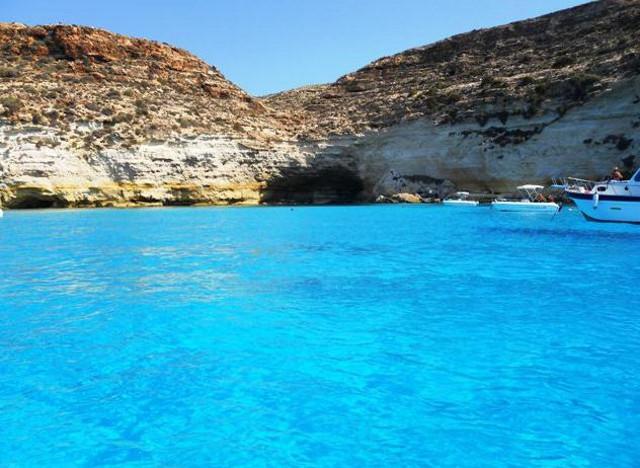 La scogliera e il limpido mare di Lampedusa