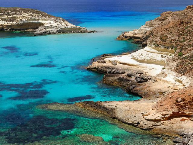 La costa frastagliata dell'Isola dei Conigli a Lampedusa