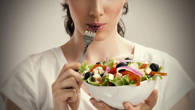Seguire una sana alimentazione, ricca di frutta e verdura fresca, è indispensabile...